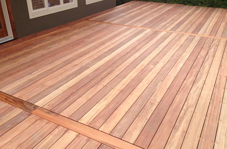 Plank Met Onzichtbare Bevestiging.Geschaafde Hardhouten Vlonderplanken 25 X 140 Mm Mukulungu Rondom Glad