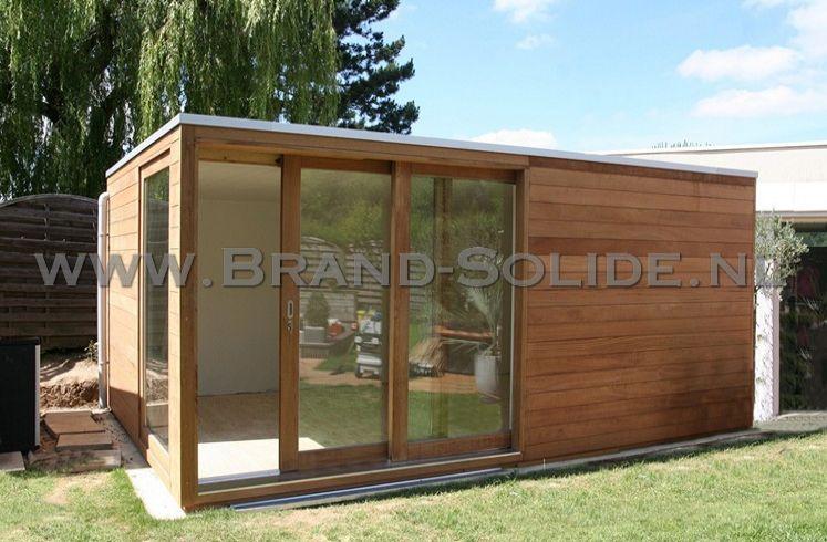 Modern tuinhuis met glazen schuifdeuren brand solide